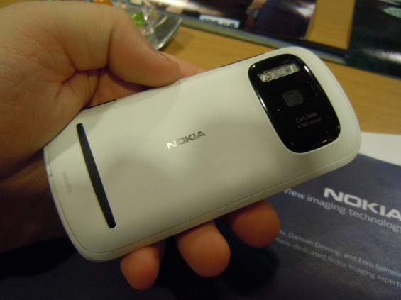 Carl Zeiss lenses, back in Nokia devices