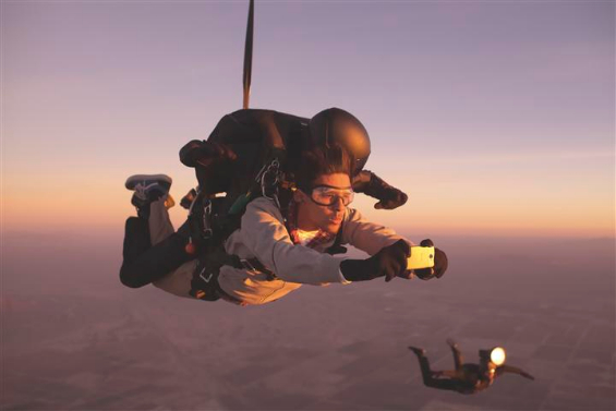 HTC One   Free fall photo shoot filmed for latest ad