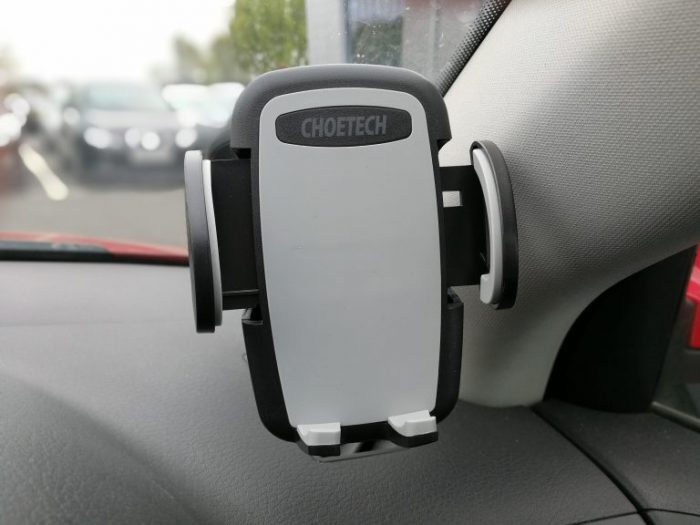 4 Smartphone accessories to make your drive safer